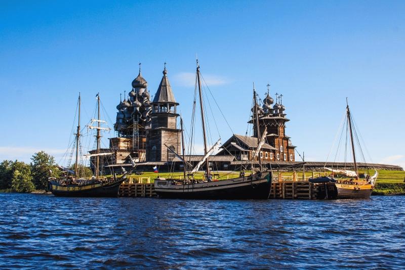Корабли Полярного Одиссея у острова Кижи