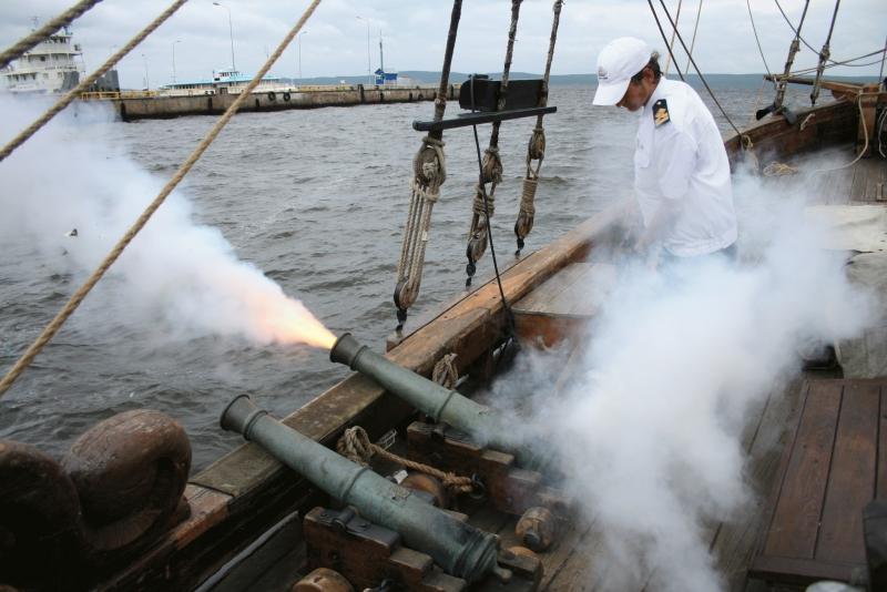 Салют из корабельных пушек