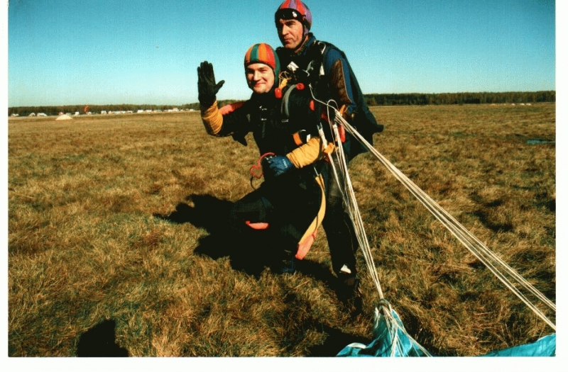 После приземления.2002г. Герой России, инвалид войны в Чечне Алексей Чагин и Сергей Потехин