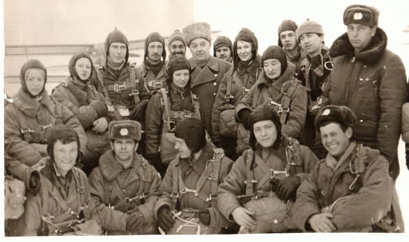 На парашютных сборах в Рязанском училише ВДВ в 1976г.  слушатели Высшей Комсомольской школы при ЦК ВЛКСМ с генерал-лейтенантом Лисовым И.И. 1976г.