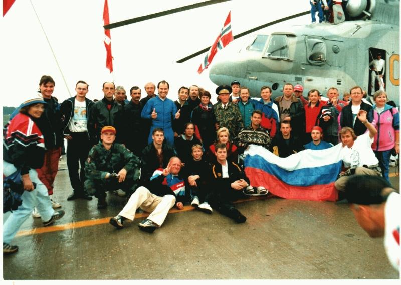 Участники первой международной встречи инвалидов-парашютистов на аэродроме в г. Анапа. 1996г.