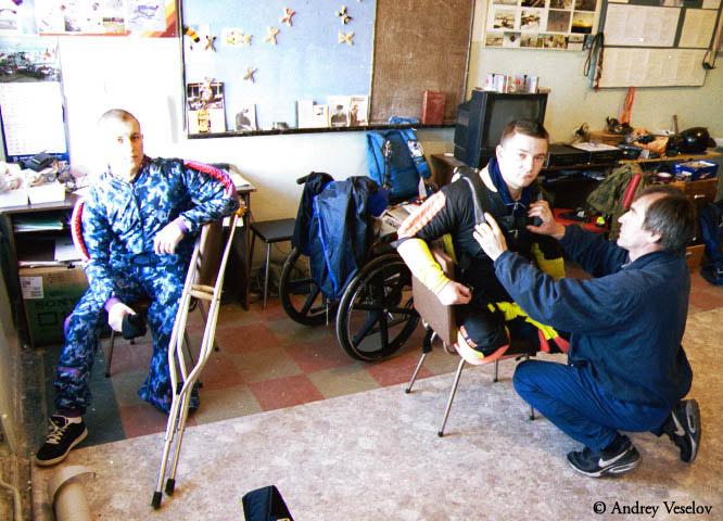 Подготовка к парашютному прыжку Героя России Алексея Чагина.